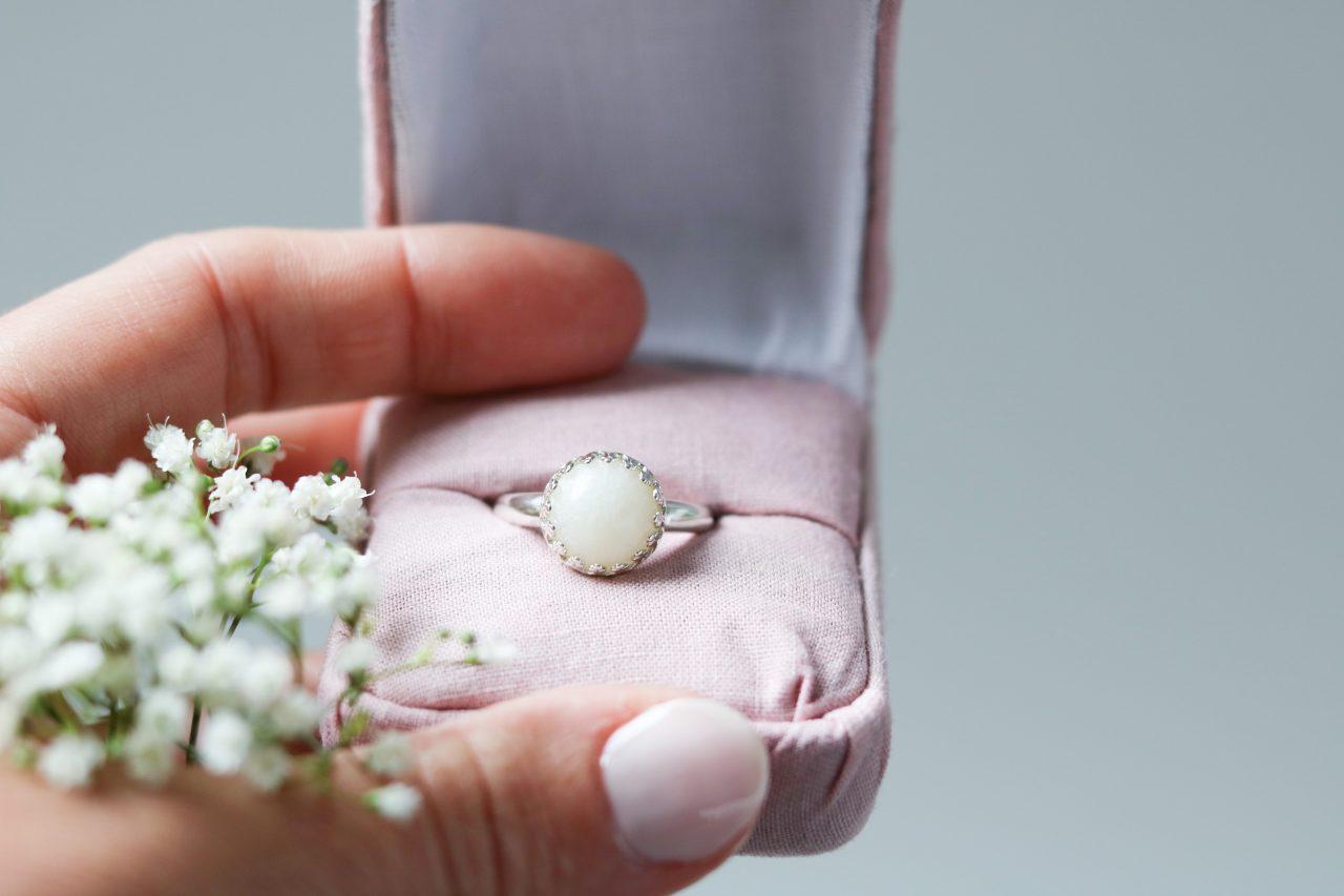 bijoux à base de lait maternel, Des bijoux à base de lait maternel enflamment le web, La Joie en Rose